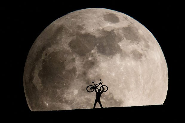 Silhouettes in a Giant Moonrise, Captured Using a 1200mm Lens