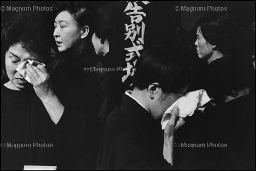 JAPAN. Tokyo. A farewell service for the late actor Danjuro held on November 13th 1965 at the Aoyama Funeral Hall (according to Shinto rites). 1965. © Henri Cartier-Bresson
