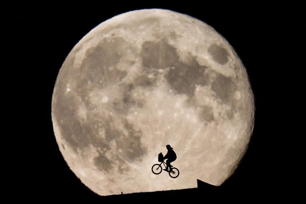 This 'ET'-Inspired Photo of Biker Rising In Front of the Moon Was Not 'Shopped