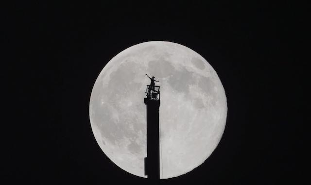 Beautiful Footage of the Prince of Dubai Silhouetted Against the Supermoon Atop the Burj Khalifa