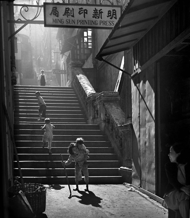 A Deeper Look at the Exceptional Hong Kong Street Photography of Fan Ho