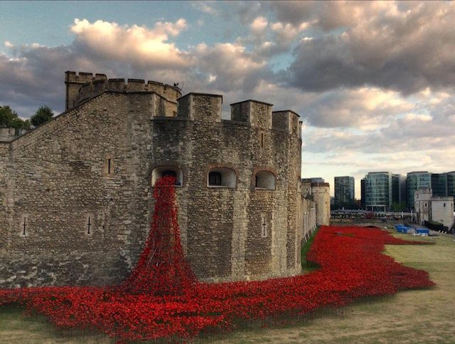 Breathtaking Photos of the Tower of London Adorned with 888,246 Ceramic Poppies to Commemorate WWI