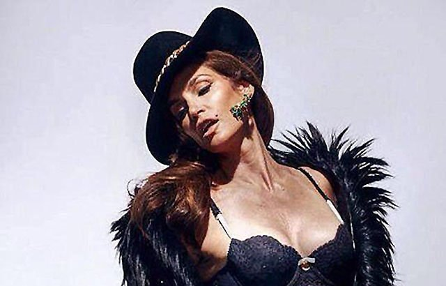 Unretouched Portrait of Cindy Crawford Sparks New Discussion About Photoshop and Beauty