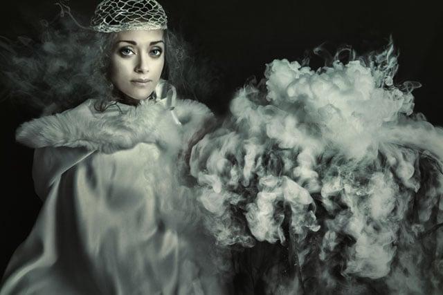 La niebla del cabello en esta toma se agregó en Photoshop.