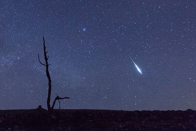 Photographer Snaps Meteor Leaving a 'Z' in the Sky