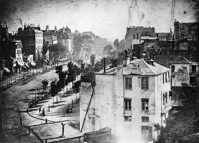 1838 онд Луи Жак Манде Дагер өөрийн бүтээсэн техникээр авсан гэрэл зураг