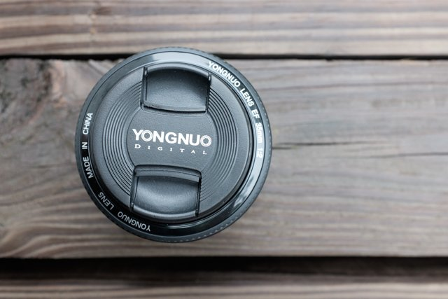 Review: Yongnuo's 35mm f/2 Lens for Canon EF Packs a Punch for the Price