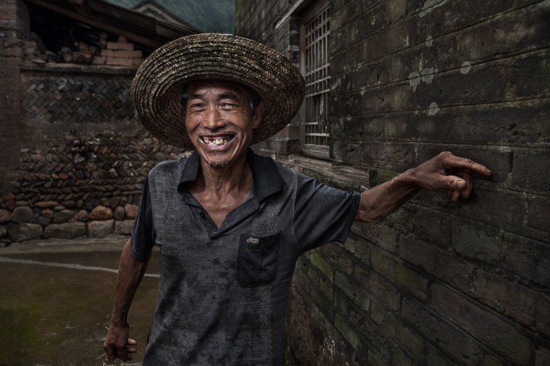 Portrait of a Chinese villager from outside Xing'Ping stopping to talk along the way.