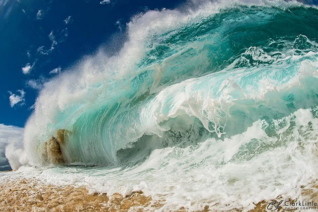 This is How You Photograph Giant Waves Crashing on a Beach