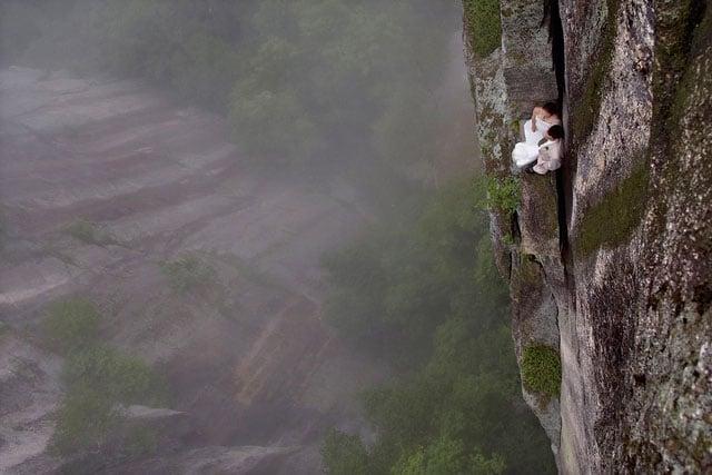 Độc đáo bộ ảnh cưới được thực hiện ở vách núi cheo leo, cao hơn 100 mét - 104484