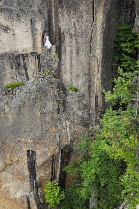Độc đáo bộ ảnh cưới được thực hiện ở vách núi cheo leo, cao hơn 100 mét - 104487