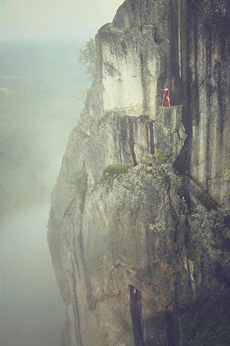 Độc đáo bộ ảnh cưới được thực hiện ở vách núi cheo leo, cao hơn 100 mét - 104495