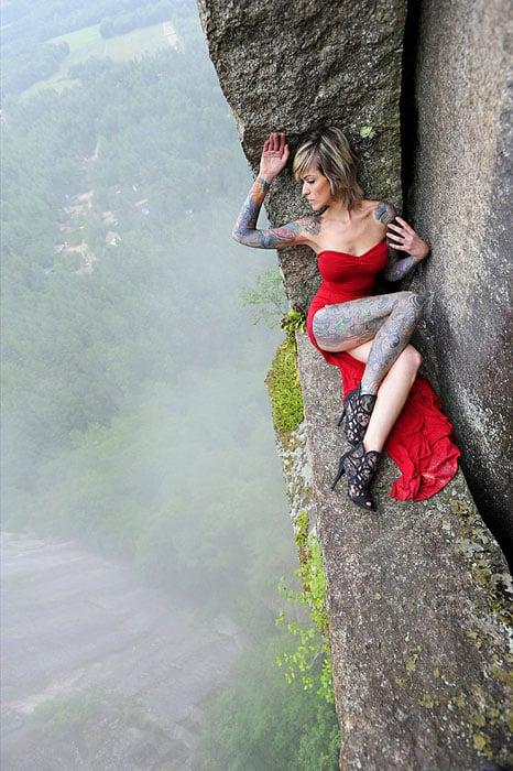 Độc đáo bộ ảnh cưới được thực hiện ở vách núi cheo leo, cao hơn 100 mét - 104494