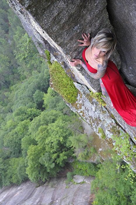Độc đáo bộ ảnh cưới được thực hiện ở vách núi cheo leo, cao hơn 100 mét - 104496