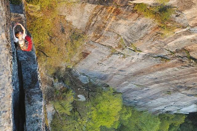 Độc đáo bộ ảnh cưới được thực hiện ở vách núi cheo leo, cao hơn 100 mét - 104490