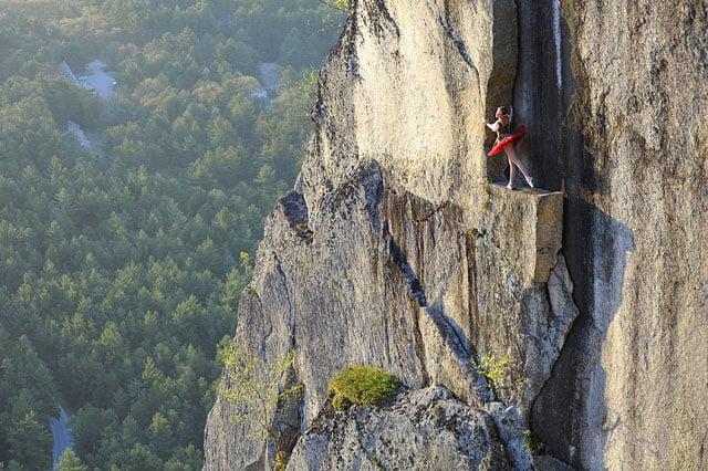 Độc đáo bộ ảnh cưới được thực hiện ở vách núi cheo leo, cao hơn 100 mét - 104491