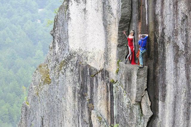 Độc đáo bộ ảnh cưới được thực hiện ở vách núi cheo leo, cao hơn 100 mét - 104483