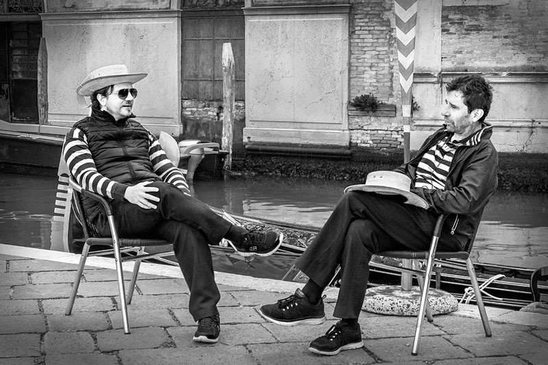 gondoliers-relaxing-venice-version-2