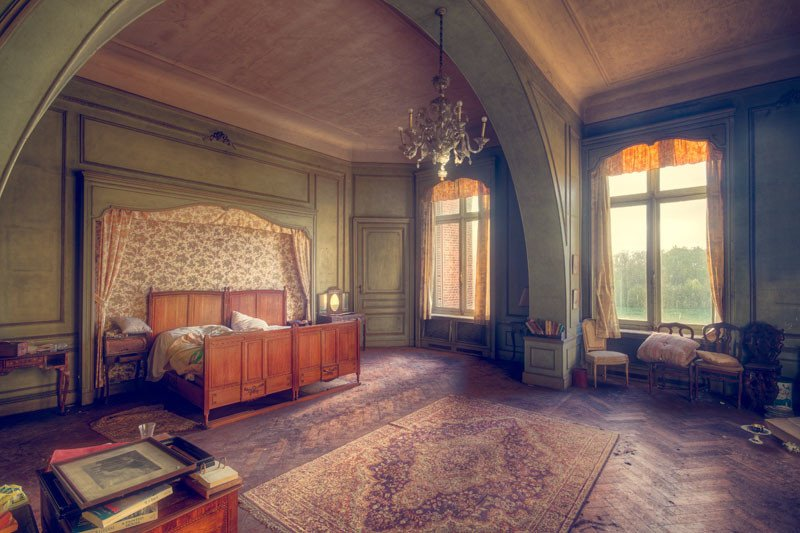 A room in a majestic abandoned castle.