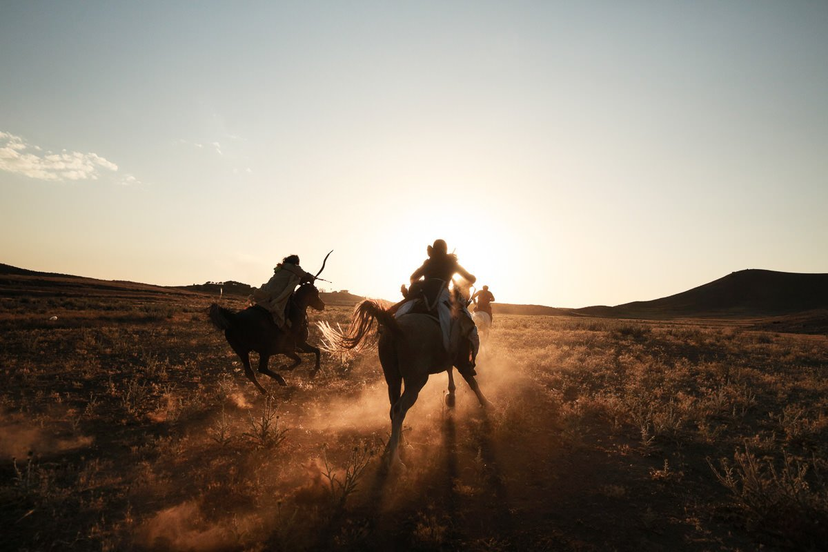 Two hours west of Tehran in the Kordan Valley,  Ali Ghoorchian a 43 years old former art teacher and world champion of horseback archery trains Anna (21 years old, a student from Finland). Together, they practice mounted archery on fast Arabian horses and