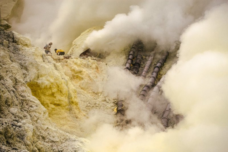 Photo Essay: A Day in the Sulfur Mines of Kawah Ijen