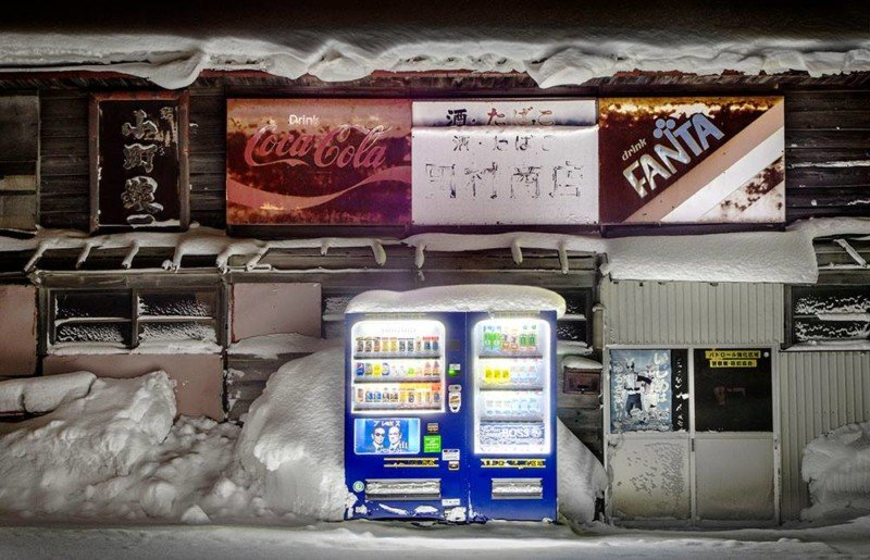 Photos of Snow-Covered Vending Machines in Japan