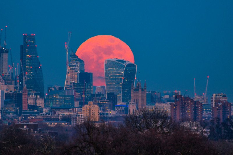 How I Shot the Super Blue Blood Moon Rising in the London Skyline