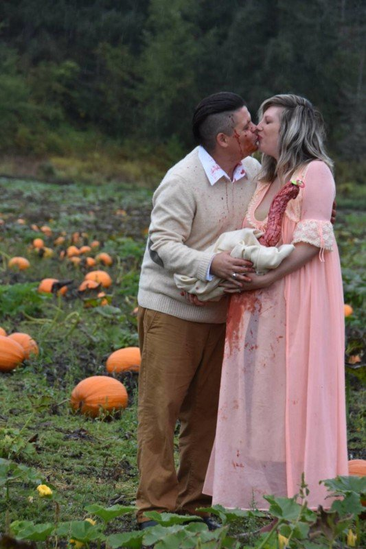 This Alien-Themed Maternity Shoot is the Stuff of Nightmares