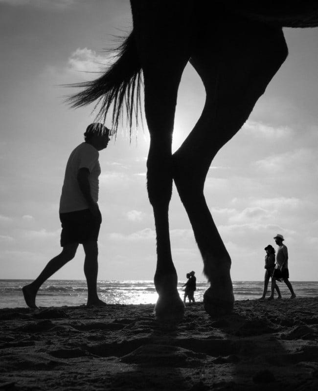 Fotos creativas yuxtapuestas de personas en las playas