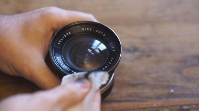 So reinigen Sie Ihr Kameraobjektiv mit Kerzensumpf