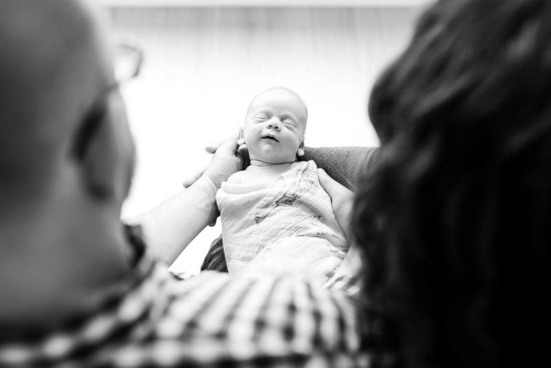 So machen Sie leichte, luftige, minimalistische High-Key-Neugeborenenfotos