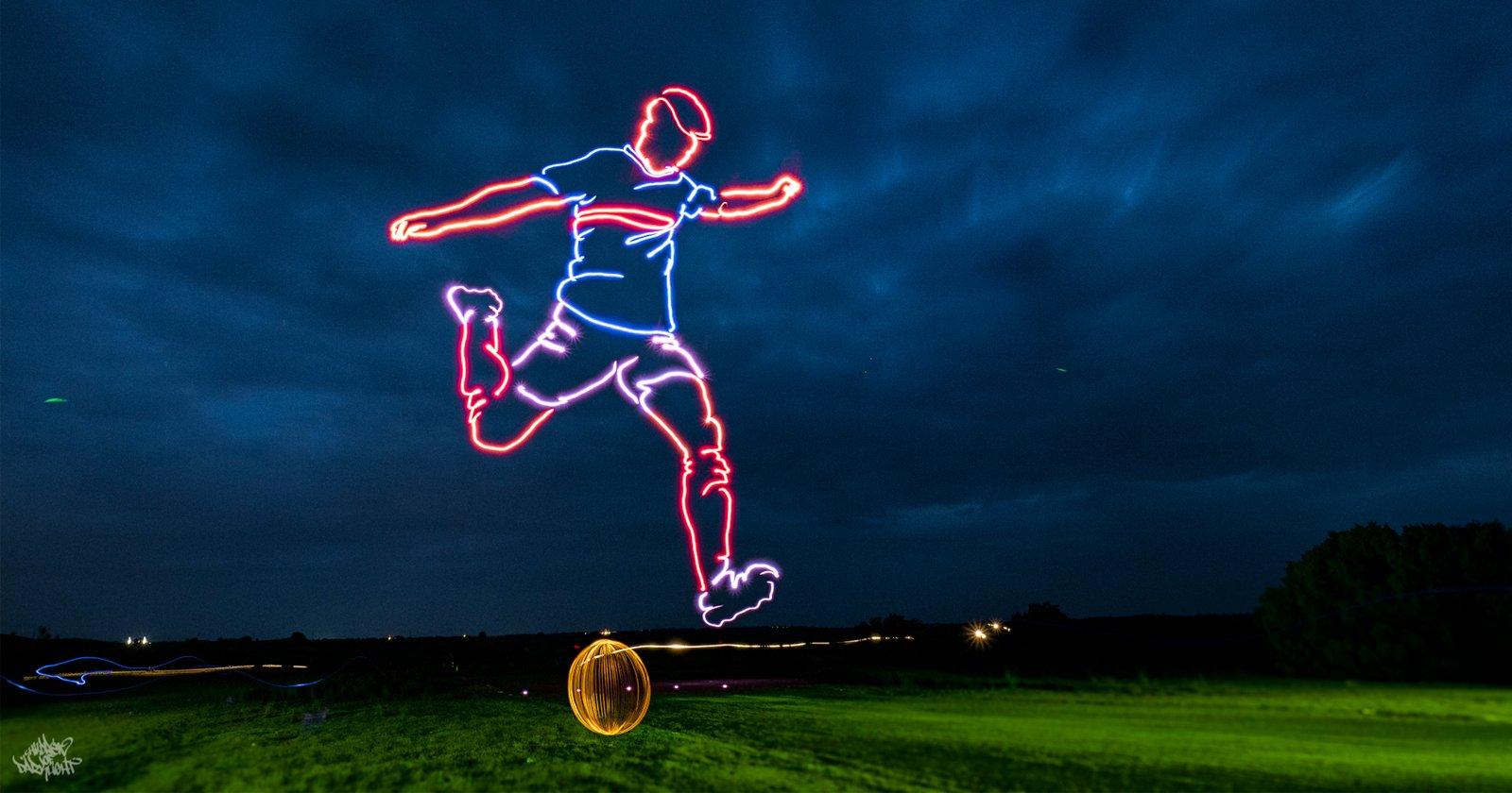 L'artista utilizza cinque droni per creare un gigantesco disegno dipinto di luce nel cielo