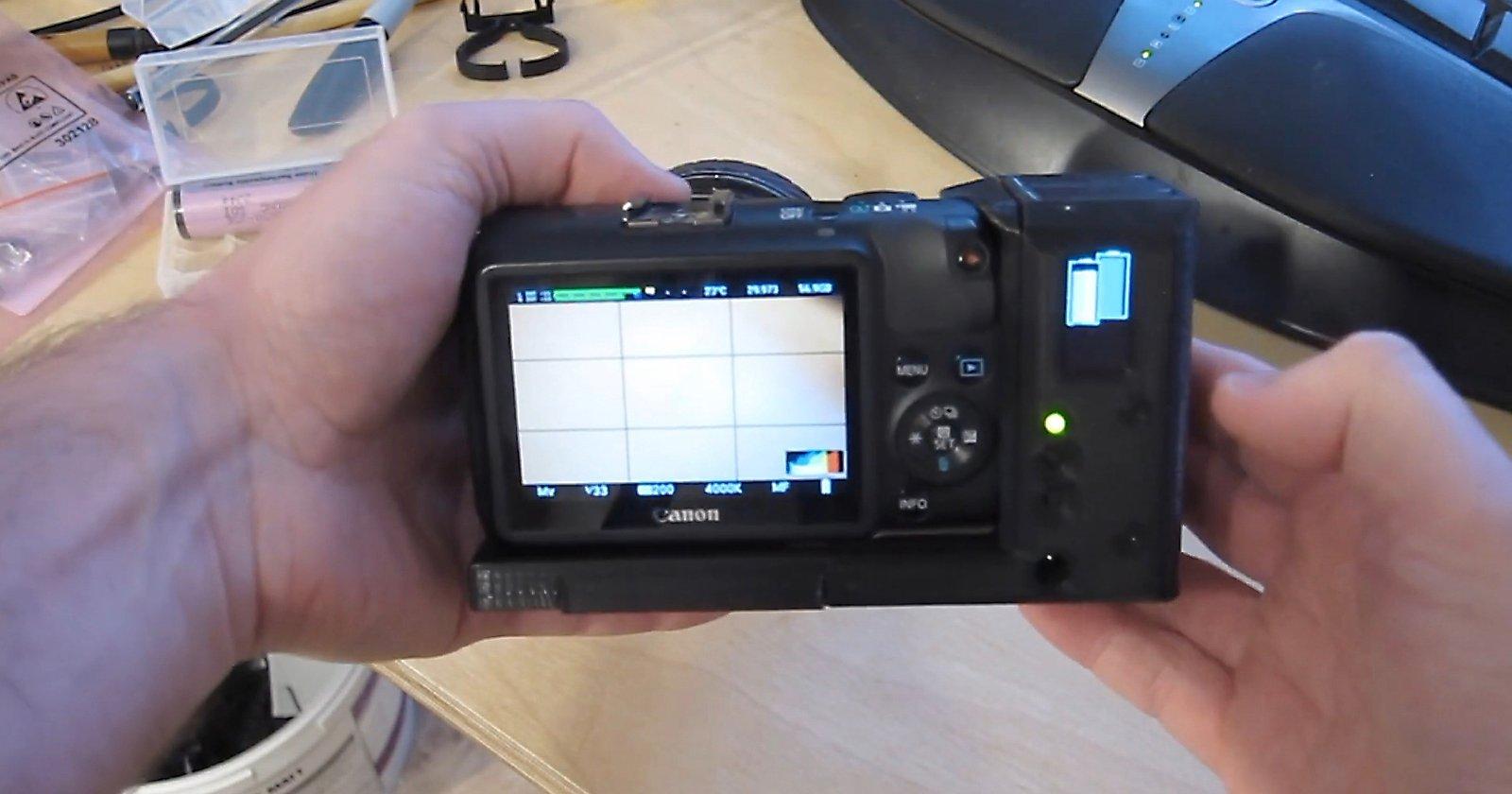 Ingegnere costruisce una presa batteria fai-da-te sostituibile a caldo per la sua Canon EOS M.