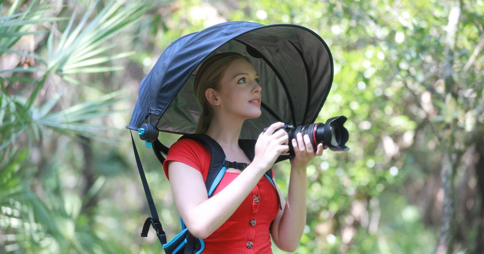 L'ombrello a baldacchino protegge i fotografi, mantiene le mani libere