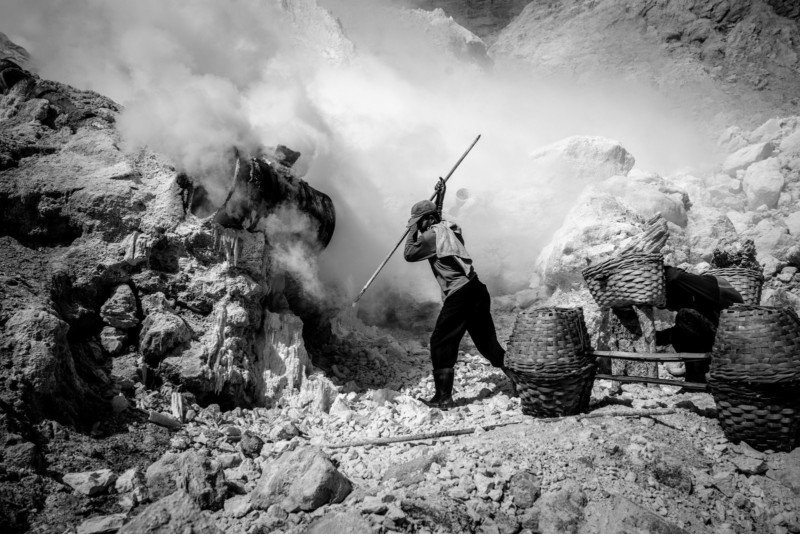 Photos of the Sulfur Miners at the Ijen Volcano in Indonesia 2