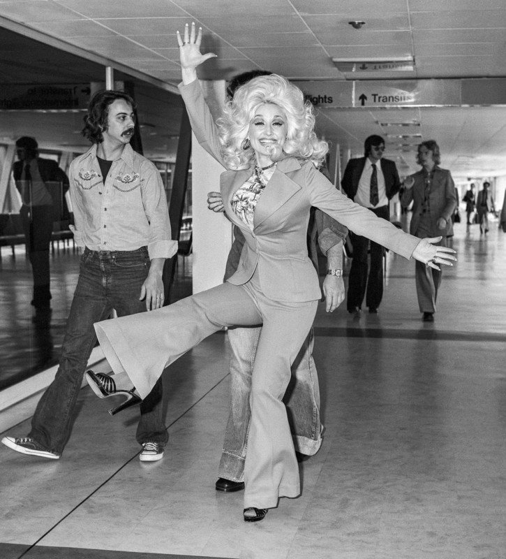 R7WFC9 Country and Western singer Dolly Parton leaving Heathrow Airport after her popular appearance at The Country and Western music festival at Wembley.